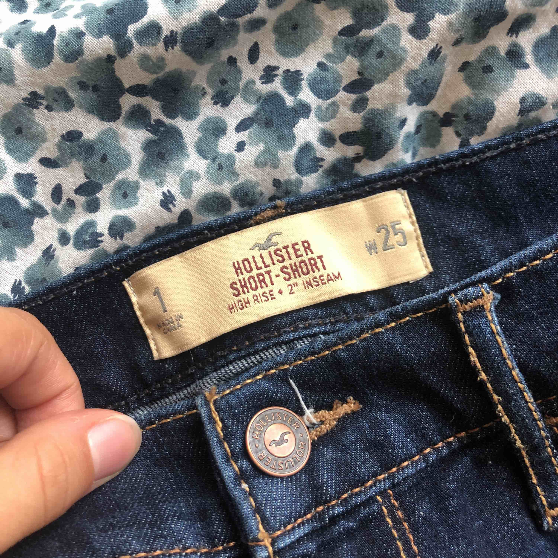 ett par sjukt snygga och sköna shorts från hollister säljs pga att dom har blivit för små✨ köpta för ca 499kr och använda ungefär 10 ggr då dom alltid varit för små ända sedan dom köptes💖 priset kan diskuteras även fraktkostnaden. Shorts.