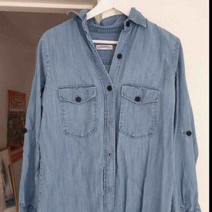 Tunnare jeansskjorta från Zara med svarta knappar. S funkar även för M. Använd men i bra skick. Frakt ingår!