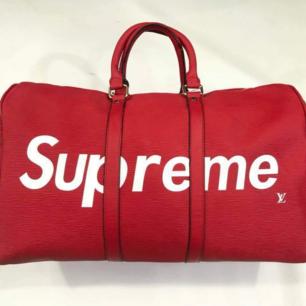 NY!  Louis Vuitton supreme traveling bag. snygg väska att ha med sig på resan. Fraktar! Se gärna mina övriga annonser 🌺