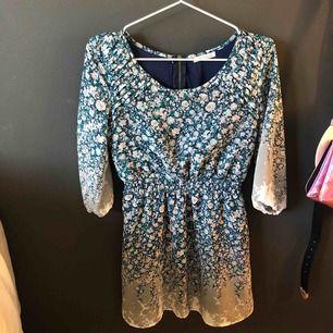 Blommig klänning köpt i USA. Använd fåtal gånger. 🌷