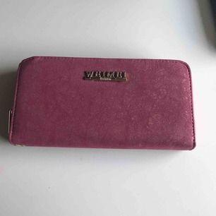 Rosa, glittrig och praktisk plånbok. Bara använd ett fåtal gånger men har en liten liten repa vid namnet, det är inget man märker av!  Ryms med mycket och väldigt fin!