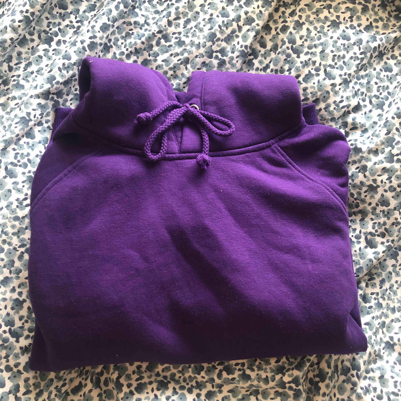 världens skönaste och snyggaste hoodie💜 har 5 andra av samma hoodie och har använd den lila minst så därför ska den säljas✨ pris och frakt kan diskuteras:). Huvtröjor & Träningströjor.