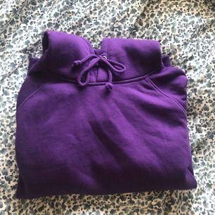 världens skönaste och snyggaste hoodie💜 har 5 andra av samma hoodie och har använd den lila minst så därför ska den säljas✨ pris och frakt kan diskuteras:)