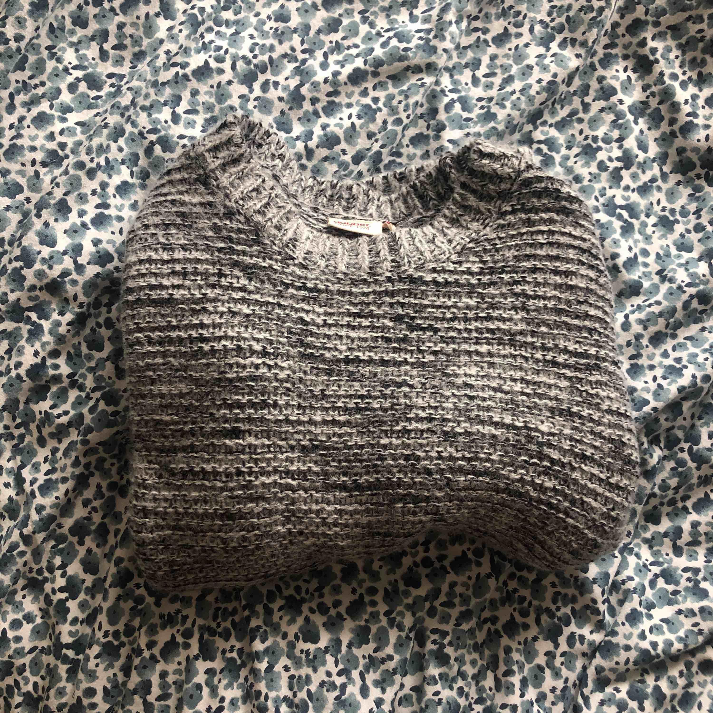 jättesnygg stickad tröja som iaf på mig inte alls sticks💕 nästan aldrig använt då jag tycker den är lite liten för mig😁 pris+frakt kan diskuteras!. Stickat.