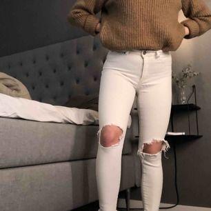 Ett par super bekväma stretchiga jeans från Bik Bok. Kommer inte ihåg exakt nypris men lär vart ca 450kr. Säljer nu för 80kr eller högstbjudande.