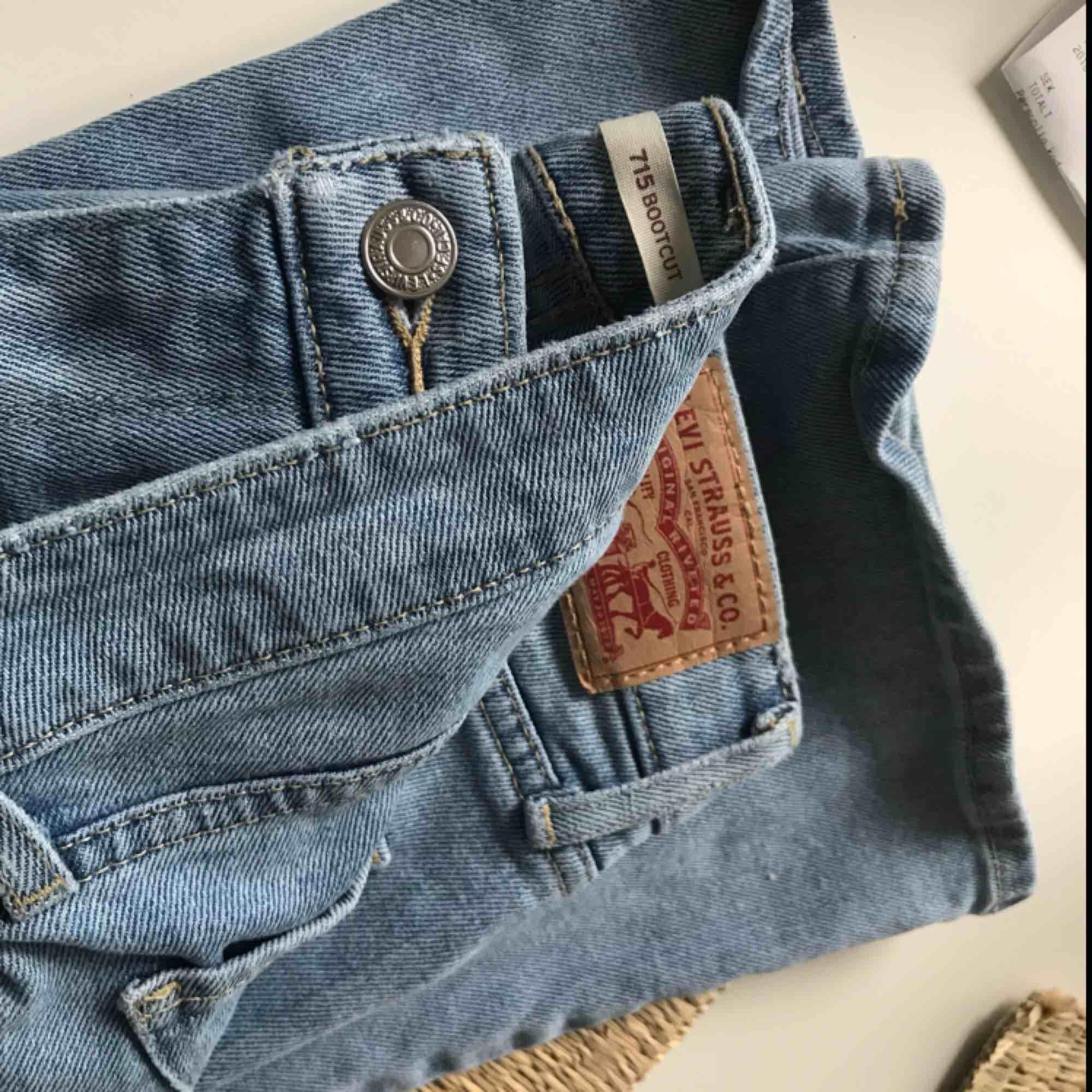 Väl bevarade Levis Bootcut jeans. Använda ett fåtal gånger. Köparen står för frakten 😊. Jeans & Byxor.