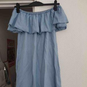 Söt jeansklänning med volang och fickor från Zara. Storlek L men funkar på M också. Knappt använd så i bra skick. Frakt ingår!