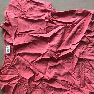 Weekday tröja i hårt typ men med känsla av lätt silke!