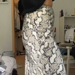 """Vadlång kjol från hm! Fint skick förutom att """"spännet"""" där uppe är sönder. Dragkedjan funkar dock fint och inget som märks!"""