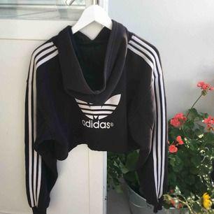 Croppad Adidas hoodie som jag själv klippt av. Använd men fint skick 🌼