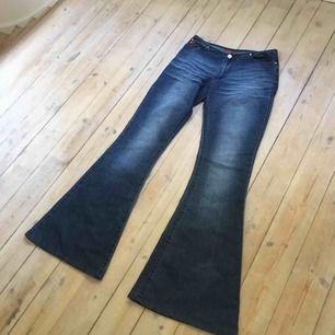 Riktig vintage italienska jeans. Säljs då jag inte kan knäppa dem vid midjan längre :/ i bra skick och är low waist