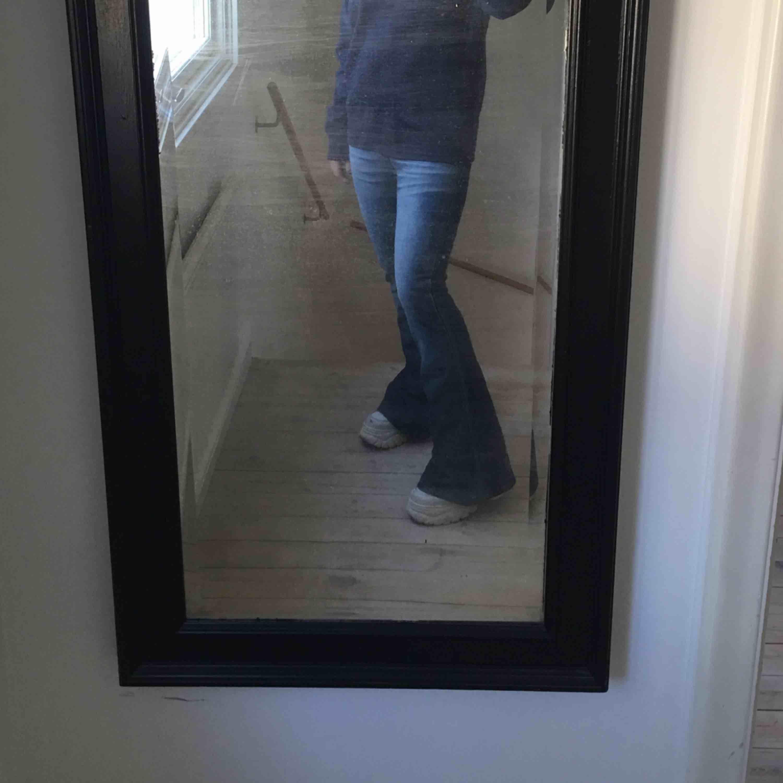 Riktig vintage italienska jeans. Säljs då jag inte kan knäppa dem vid midjan längre :/ i bra skick och är low waist. Jeans & Byxor.