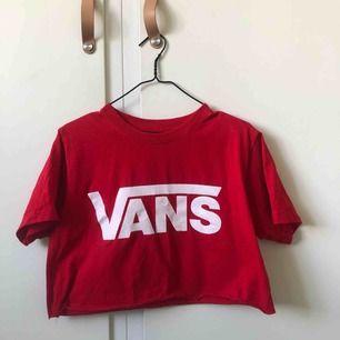 Snygg avklippt röd vans tröja ❤️ köpare står för frakt!