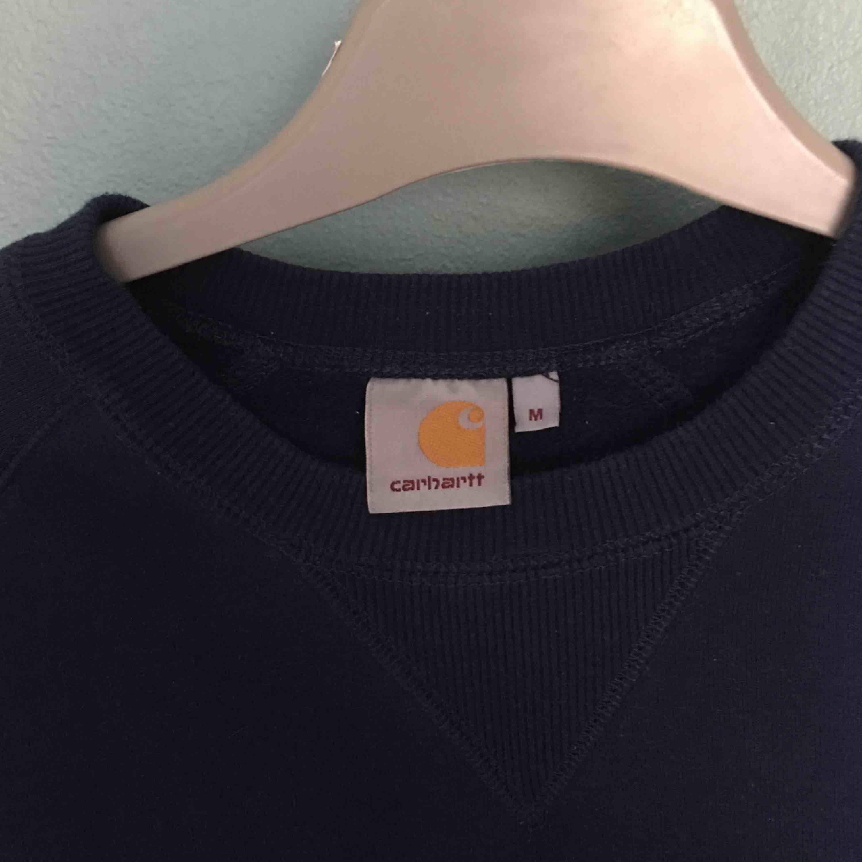 Super mysig tröja från carhartt, är använd men är i mycket gott skick ✨. Tröjor & Koftor.