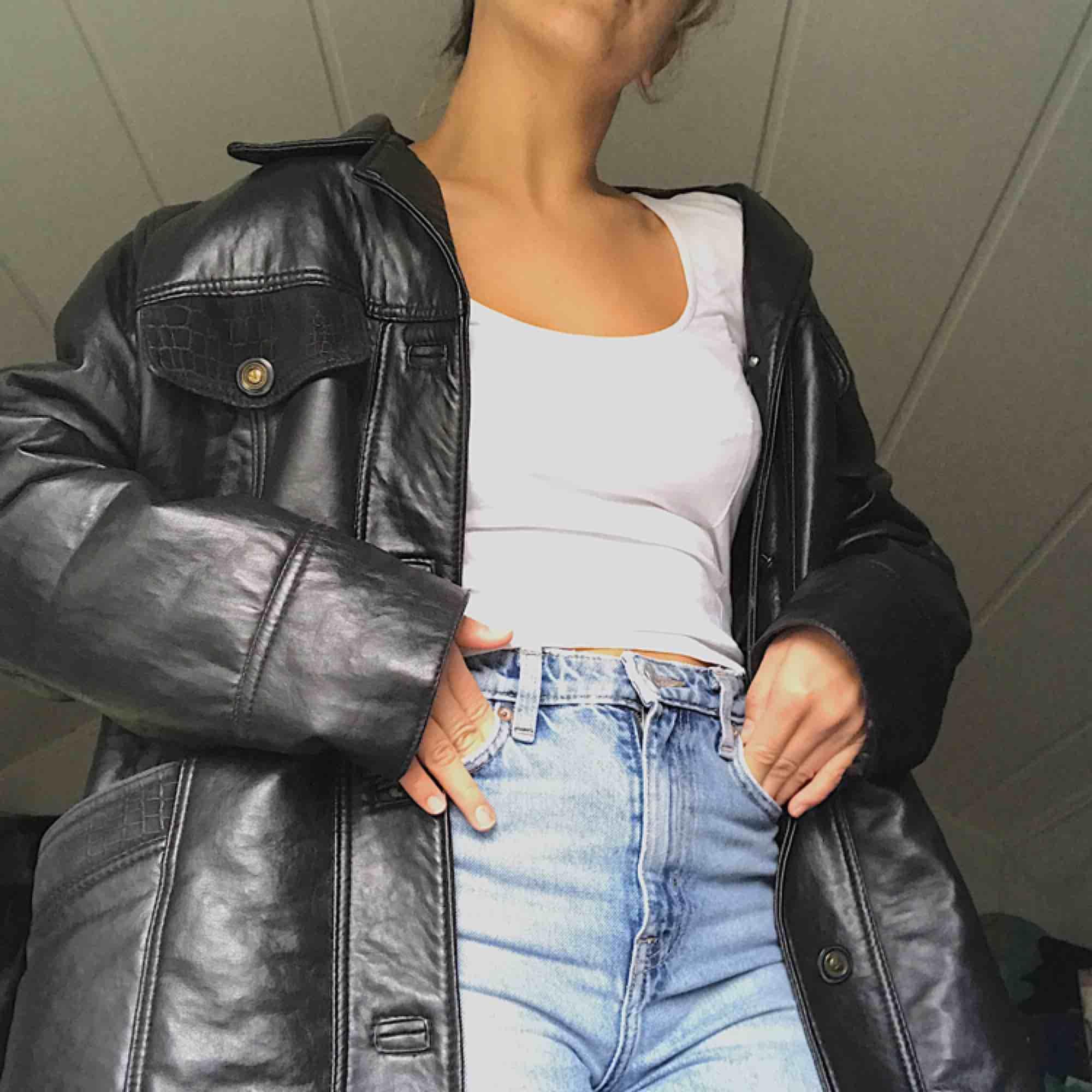 Cool svart fake läder kappa! Köparen står för frakt. . Jackor.