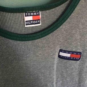 Riktig vintage Tommy hilfiger linne!! Super snyggt att ha över tröjan ✨ är i begagnat skick