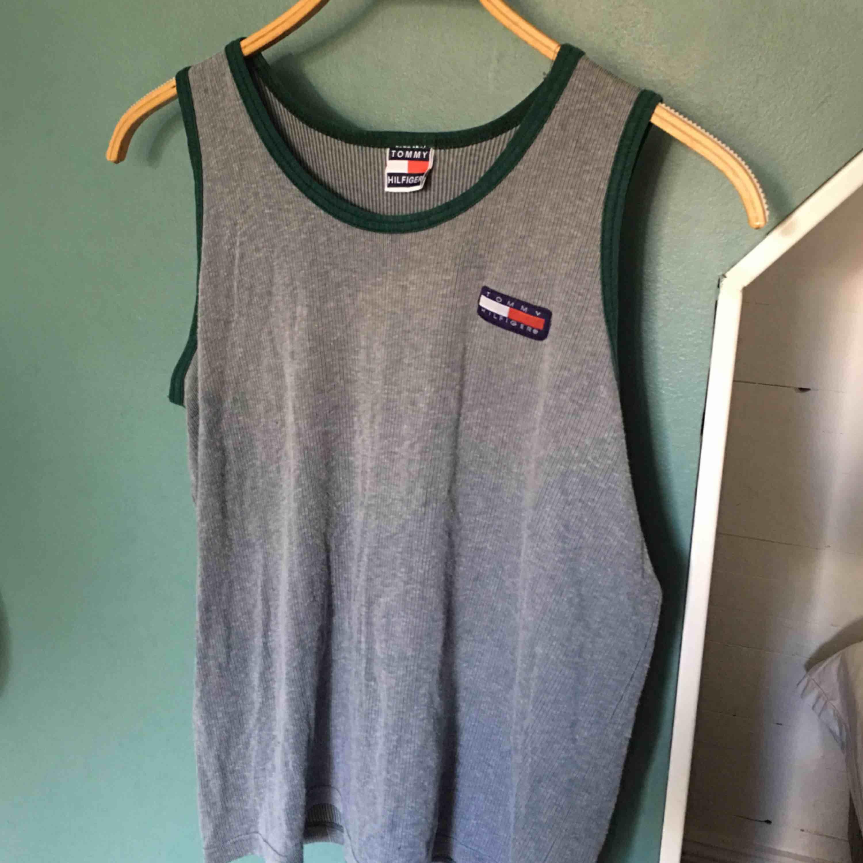 Riktig vintage Tommy hilfiger linne!! Super snyggt att ha över tröjan ✨ är i begagnat skick . Toppar.