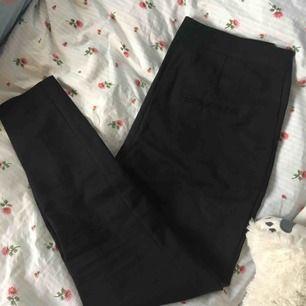 Fina svarta kostymbyxor i storlek XS från Bik Bok. Använda men i fint skick! Nypris: runt 300kr. Säljer pga att dom är för små för mig (därav lite tajta på bilden) ✨