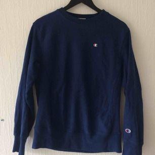 Sparsamt använd tröja från Champion. Fin blå färg och skönt innertyg. Fraktkostnad tillkommer, kan också mötas upp i Malmö.