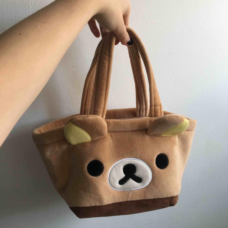 Söt liten rilakuma väska, inköpt i Thailand för ett bra tag sen. Har aldrig använt . Väskor.