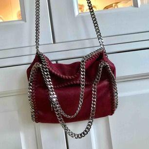 Stella McCartney falabella liknande väska i mörkröd färg! Väldigt snygg och knappt använd!