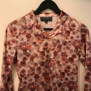 Super söt vintage blus i sammet! Jättebra skick! På tröjan står det att den är storlek L men skulle säga att den max passar på S. Kan mötas eller frakta, köparen står för frakt ✨💞