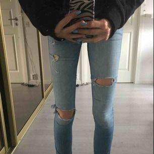 Snygga jeans från Hollister med slitningar. Stretchiga och mjukt material. Endast testade på bilderna så dom är i toppskick. Nypris 600kr. Frakt tillkommer. Är öppen för prisförslag💞💞 kontakta via intresse😍