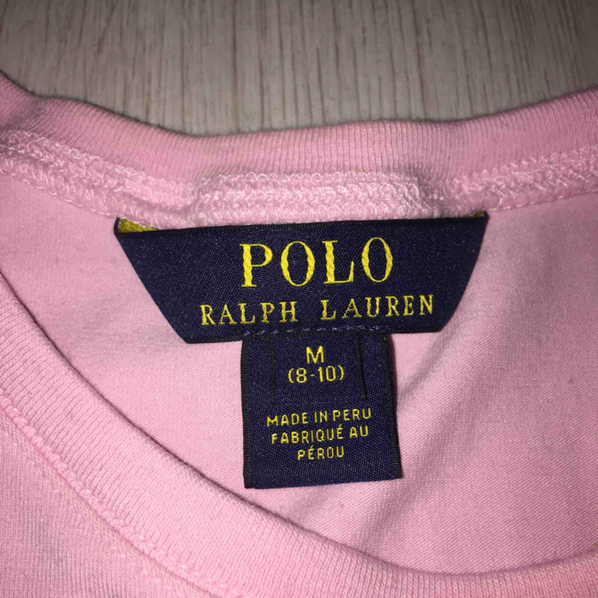 En babyrosa Ralph Lauren t-shirt med vitt märke, köpt på plick men den var inte min stil. Sitter lite tajtare än andra modeller. ÄKTA!! Kontakta mig vid intresse! ⭕️!!!!BUDA!!!!⭕️. Skjortor.