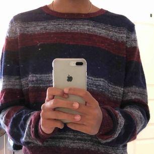 Super mysig stickad tröja från Tommy Hilfiger 🤗 Jag är ca M men den passar som oversized  Köpt tidigare i år fast aldrig använd💜💜 Nypris ca 700kr  Priset kan diskuteras 😋