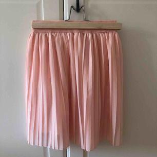 En jätte fin kjol från nakd, resår band upptill vilket gör att den sitter på plats. Super fin färg, perfekta modellen. Har tyvärr inte kommit till användning då jag tyvärr känner mig super bekväm i kjol. Helt oanvänd med prislapp kvar. Fraktar helst