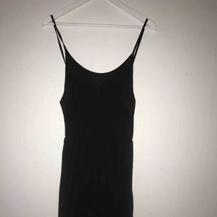 Svart maxi klänning. Använd ett fåtal gånger, syns dock inte att den är använd.