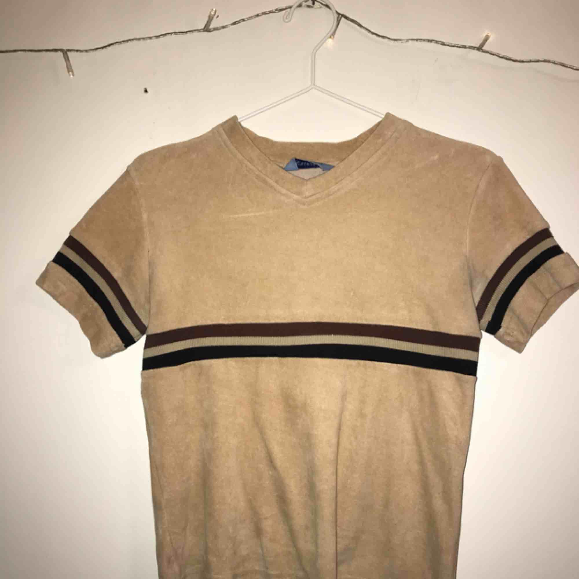 Superfin brun, beige aktig tröja i velvet material. Står inte vilken storlek men skulle gissa på att den passar s/xs. Skjortor.