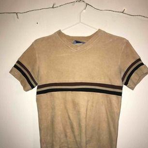 Superfin brun, beige aktig tröja i velvet material. Står inte vilken storlek men skulle gissa på att den passar s/xs