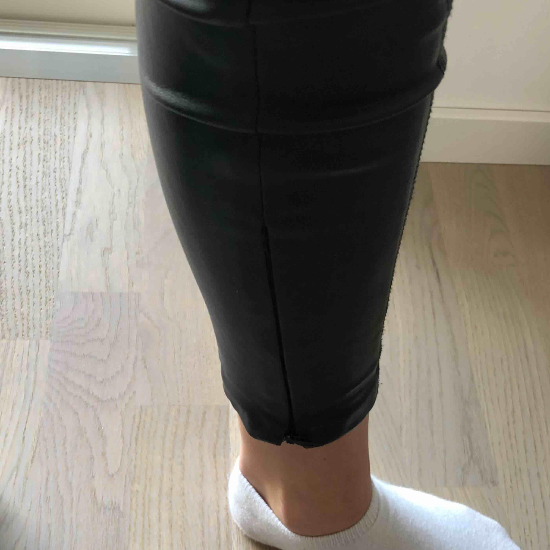 Ett par snygga skinnbrallor som är köpta för cirka 2 år sedan passar utmärkt med en stickad tröja. Kan mötas upp i Stockholm/Nacka eller skickas obs köparen står för frakt 60;. Jeans & Byxor.