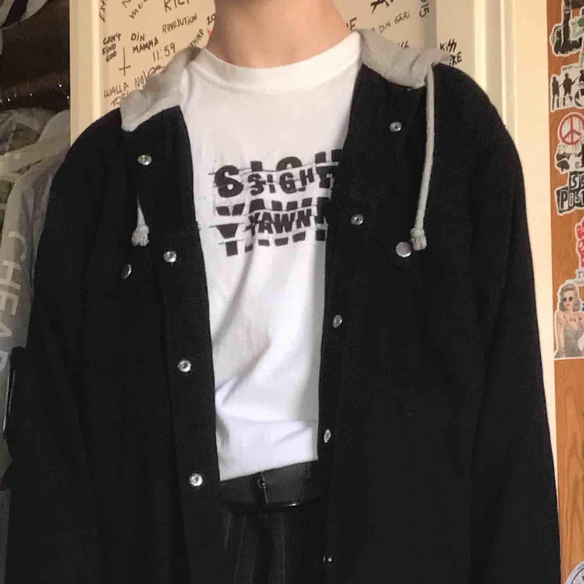 svart skjorta med luva, luvan har tryck av rosor samt en text på.. Skjortor.