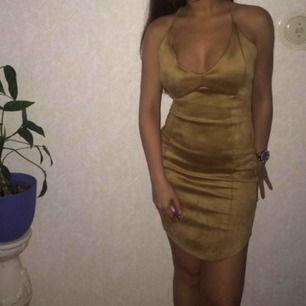 Mocka klänning i beige/nude färg. Använd 1 gång