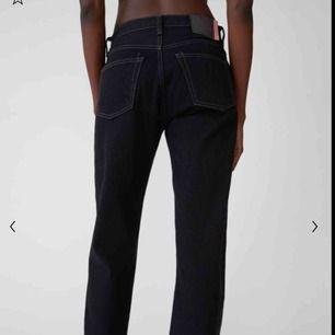 Ett par svarta acne jeans som är använda ungefär 2/3 gånger. Orginalpris 2500. Säljer för att dom blivit för lite små. Passar storlekar som vanliga fall bär storlekar som S & M. Pris kan diskuteras