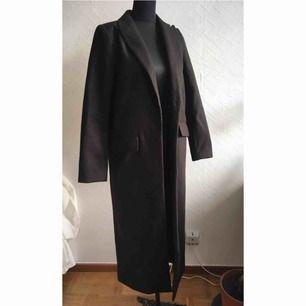Knappt använd lång svart höstkappa från hm! En slits bak och najs lång längd. Möts upp i Stockholm.
