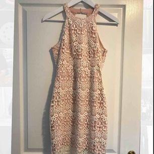 En fin ljusrosa/vit spetsklänning med en öppning i ryggen ifrån Hollister. Använd endast 3 gånger, jätte fint skick!