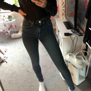 Helt nya jeans från Bik bok i storlek S, skulle även säga att dom passar en XS. Aldrig använda. Nypris var 600 kr. 💗 köparen står för eventuell frakt.
