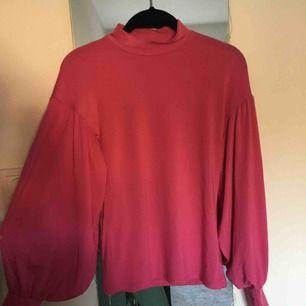 En snygg tröja med volanger på armarna💃🏼