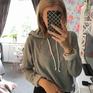 En grå hoodie, skulle påstå att den är lite croppad, lite kortare. Storlek 38 (M) men skulle klassa den som ONESIZE då den är väldigt rymlig och stor. Använd fåtal gånger. 💗 Köparen står för eventuell frakt.