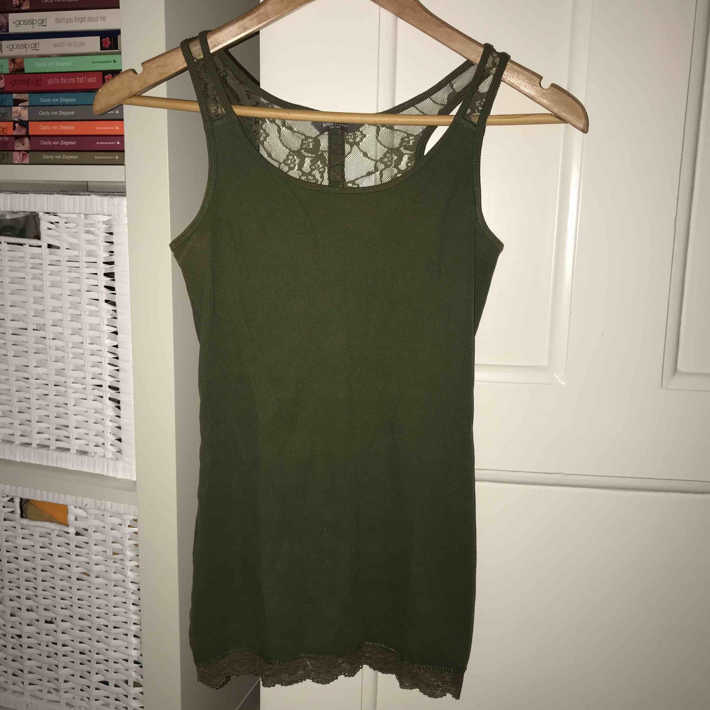 Snyggt linne i höstig militärgrön färg med spets! Storlek XS från Lindex🌿. Toppar.