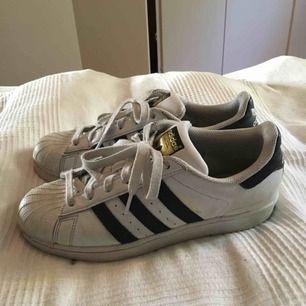 Ett par skor från adidas (storlek 39), dom är använda en säsong men dom är ändå i ett bra skick! Frakten står du som köper för och priset kan alltid diskuteras!