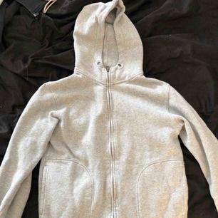 En grå hoodie med dragkedja och luva. Stor i storleken, köpt på barnavdelningen men passar en XS. Använd max 2 gånger.  Köparen står för eventuell frakt💗