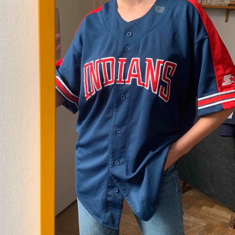 Vintage Indians baseballtröja köpt i USA. Finns ett prislapps klistermärke i kragen som får tvättas bort! Frakt : 42kr ✨ samfraktar gärna med andra produkter jag säljer . Toppar.