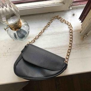 Saddle bag från NLY accessories! Aldrig använd! Guldiga detaljer.  Köparen står för frakt annars går det att mötas upp innanför tullarn i Stockholm! <333