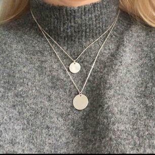 En silvrigt dubbel halsband, fint och enkelt. Lite sliten på baksidan men det är inget som syns när man bär det. (Tredje bilden)