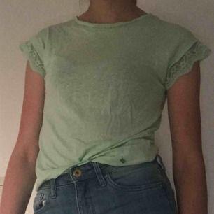 Grön fin t-shirt från mayoral. Något seetrough och spets i kanterna.