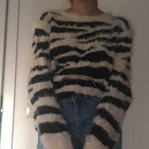 Jätteskön fluffig tröja. Kan mötas upp inom Stockholm eller frakta. Frakt ingår inte i priset.